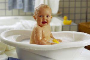 ребенок в ванне с уточкой