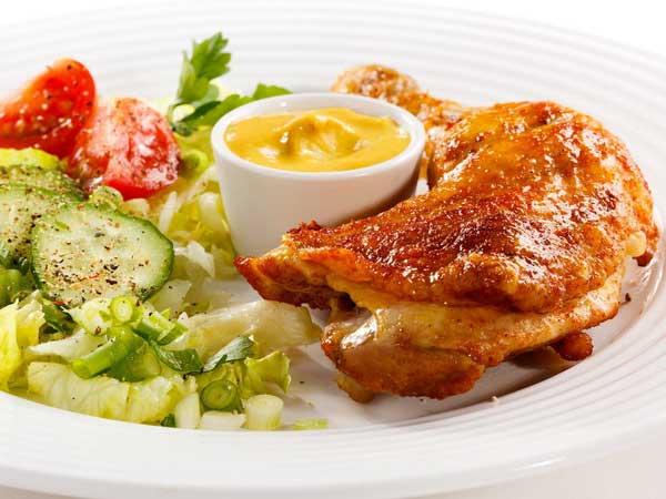 Жареная курица на тарелке