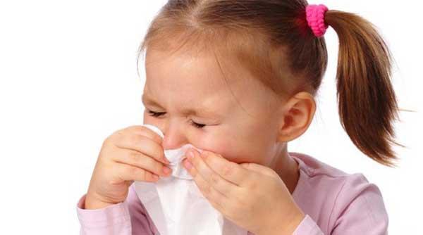 Маленькая девочка чихает