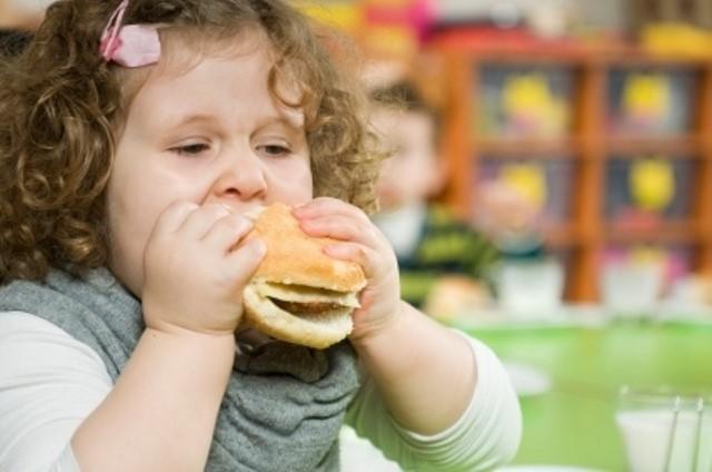 девочка кушает чизбургер