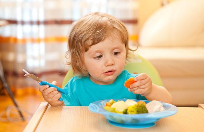 Ребенок кушает овощи