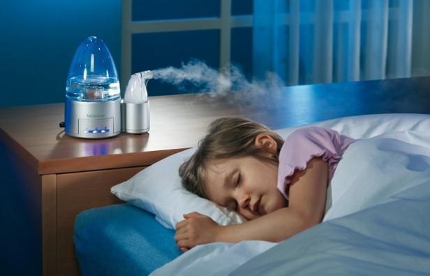 девочка спит с работающим испарителем