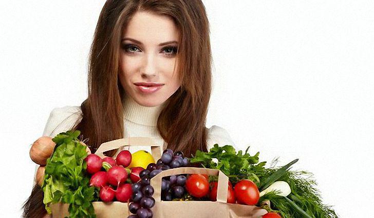 девушка с корзинкой овощей