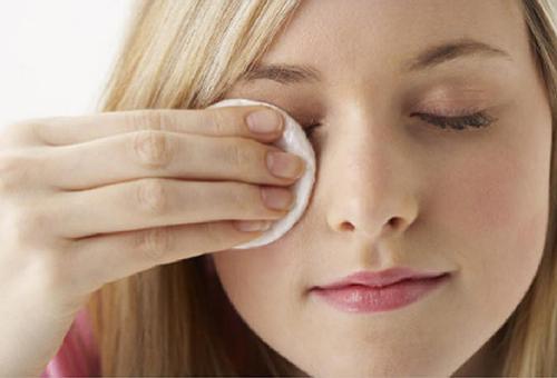 обработка глаза тампоном