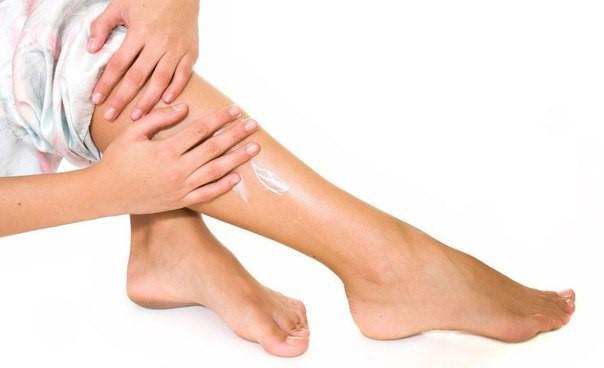 натирание ног кремом