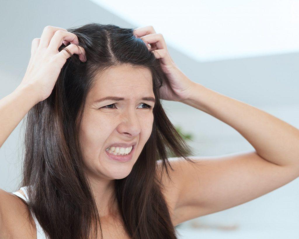 девушка держится за волосы