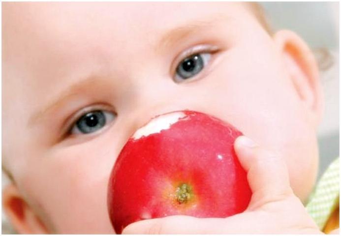 Ребенок с красным яблоком