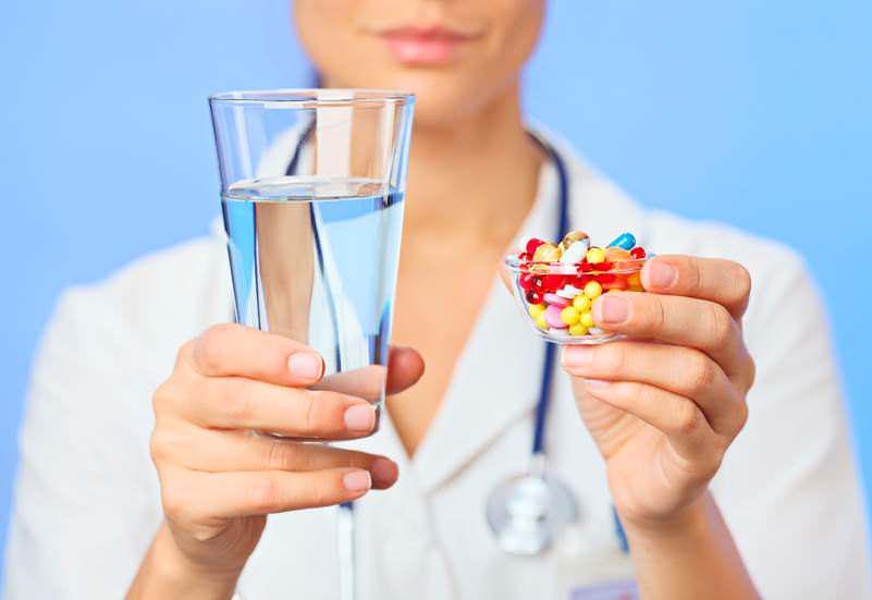 медсестра с таблетками