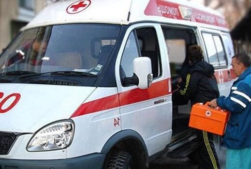 Машина скорой помощи и врачи