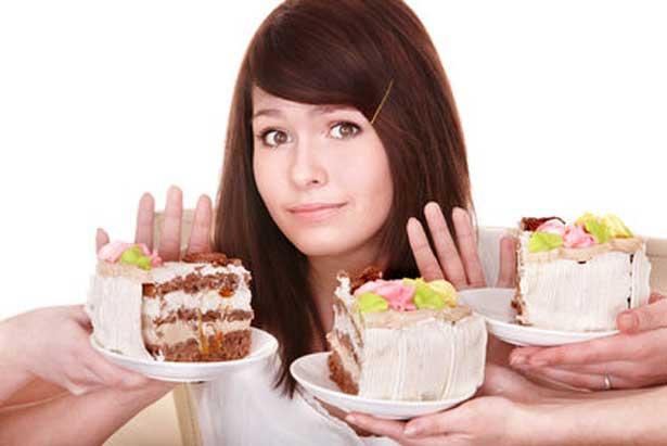 девушка отталкивает десерты
