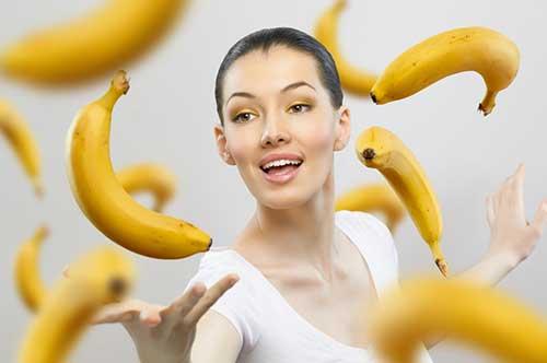 девушка подбрасывает бананы