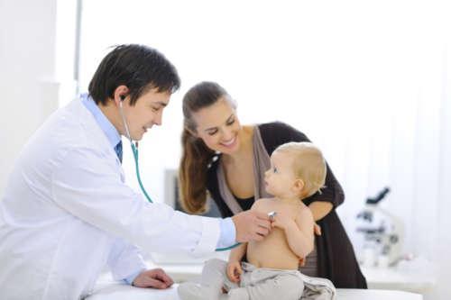 малыш с мамой на приёме у врача