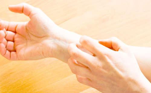 Одна рука чешет другую