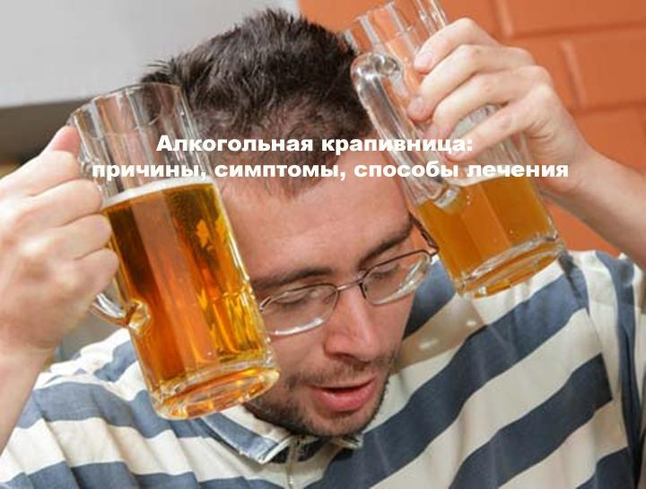 Мужчина в очках с двумя кружками пива в руках