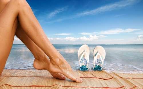 Ноги девушки на фоне моря