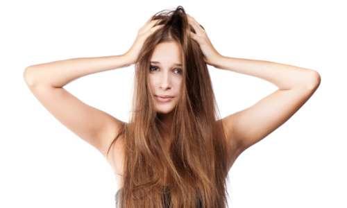 Девушка взъерошивает волосы руками