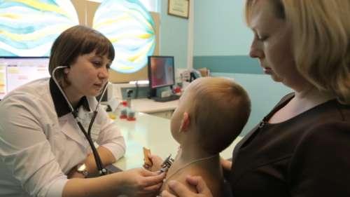 мама с ребёнком на приёме у врача