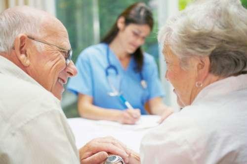 Пожилая пара на приёме у врача