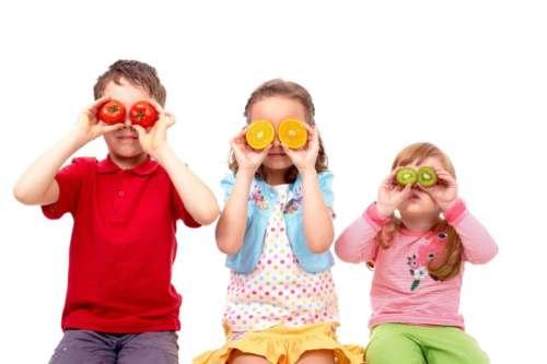 три ребёнка с разными фруктами и овощами
