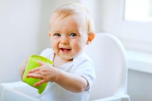 Весёлый малыш с баночкой в руках