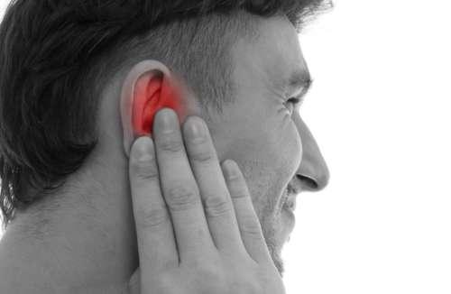 чёрно-белая фотография мужчины, держащегося за ухо