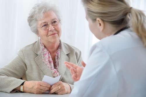 Пожилая женщина на приёме у врача