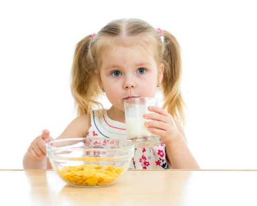 Девочка пьёт молоко