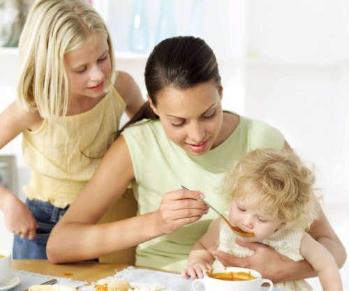 женщина кормит ребёнка