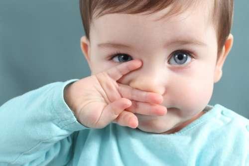 малыш вытирает нос рукой