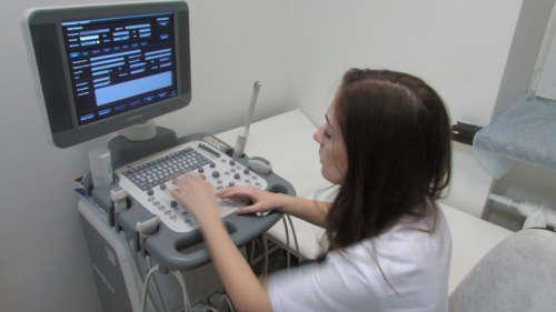 врач анализирует результаты УЗИ