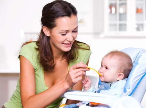 девушка кормит ребёнка