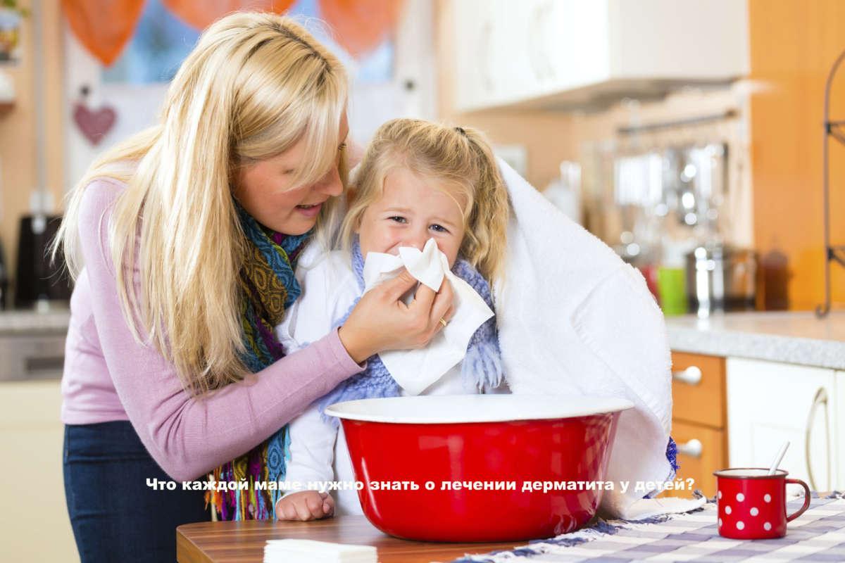 мать помогает девочке высмаркиваться