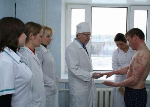 мужчина с сильными высыпаниями на коже на приёме у врачей