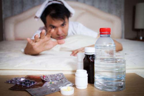 мужчина тянется к бутылке с водой
