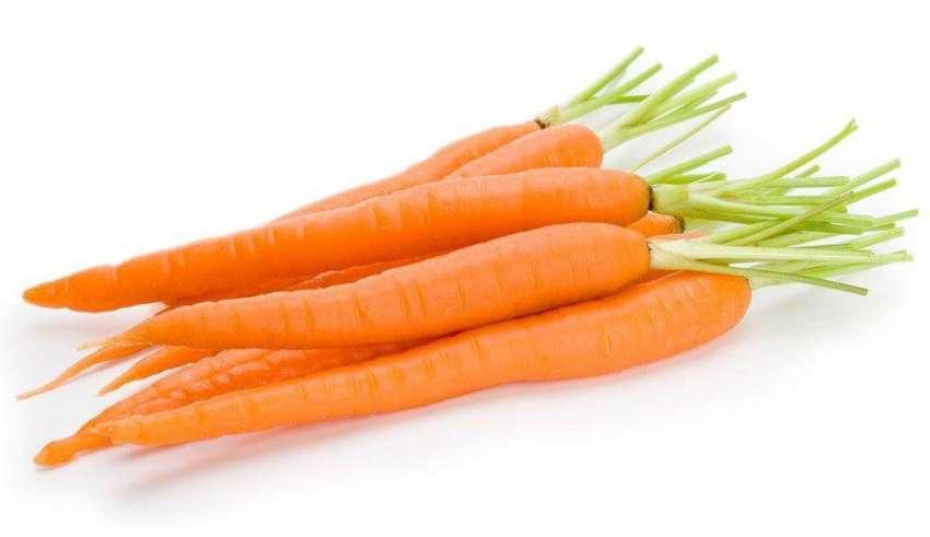 Морковь на белом фоне