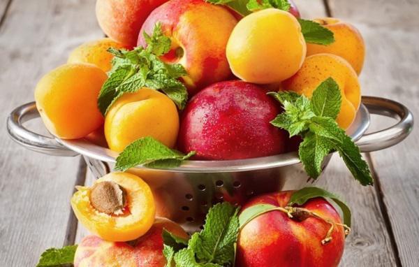 Абрикосы, персики и нектарин в тарелке