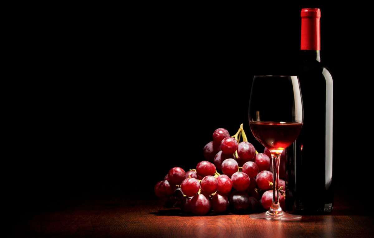 Вино и гроздь винограда