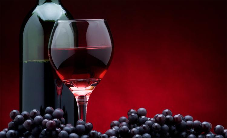 Вино и чёрный виноград