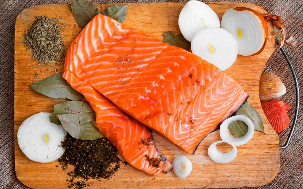 Куски рыбы на доске