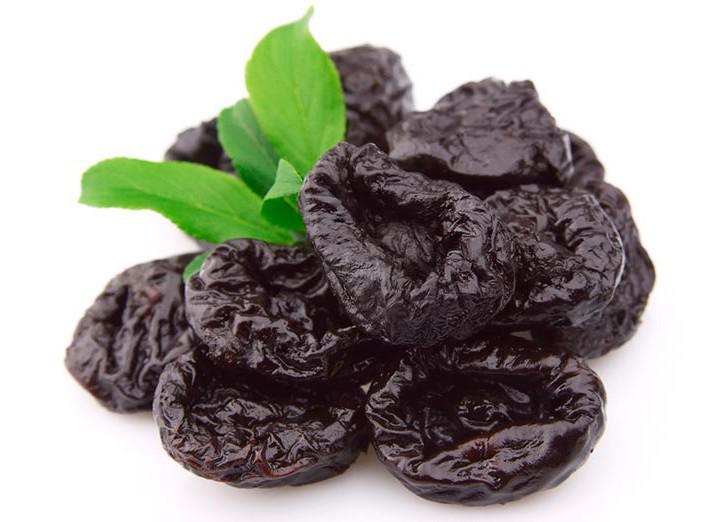 Чернослив с листиками