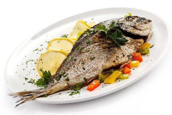 Рыба на белом блюдце