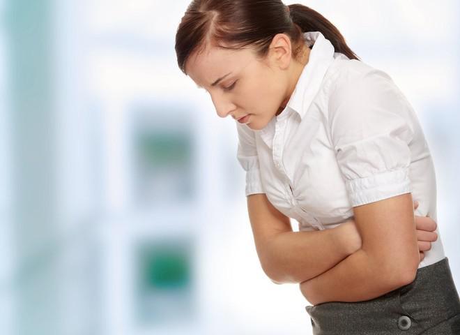 Боль в животе у женщины во время аллергии на миндаль
