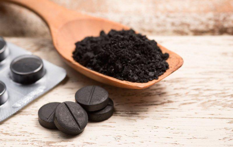 Активированный уголь в ложке