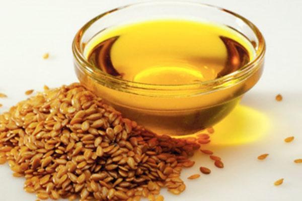 Льняное масло желтоватого оттенка
