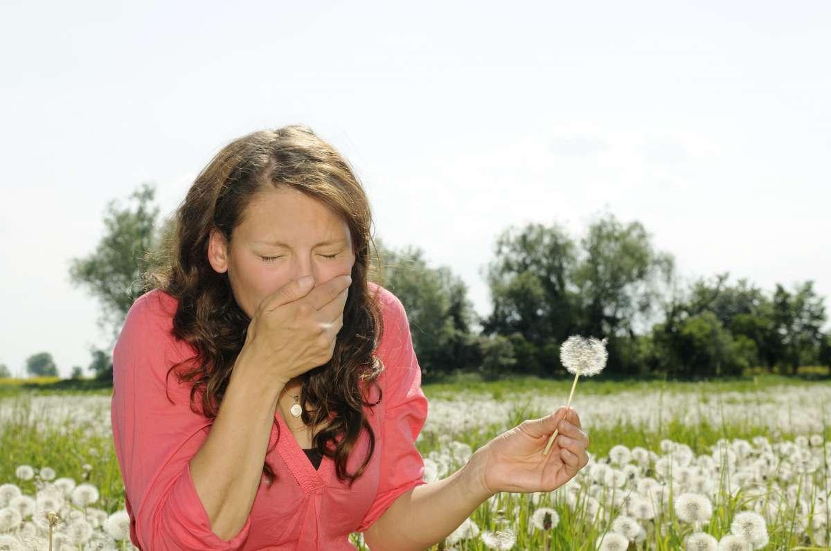 Женщина во время весенне-летнего периода сезонной аллергии