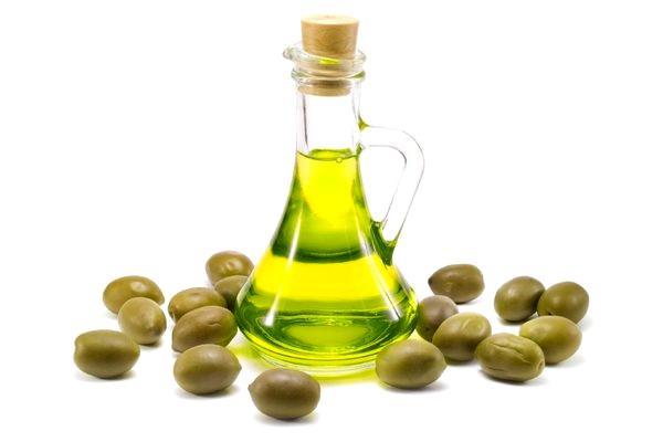 Оливковое масло на белом фоне