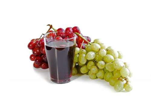 Виноградный сок на белом фоне